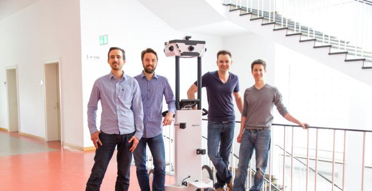 (c) NavVis. Das Gründer-Team mit ihrem Trolley: Robert Huitl, Sebastian Hilsenbeck, Georg Schroth und Felix Reinshagen