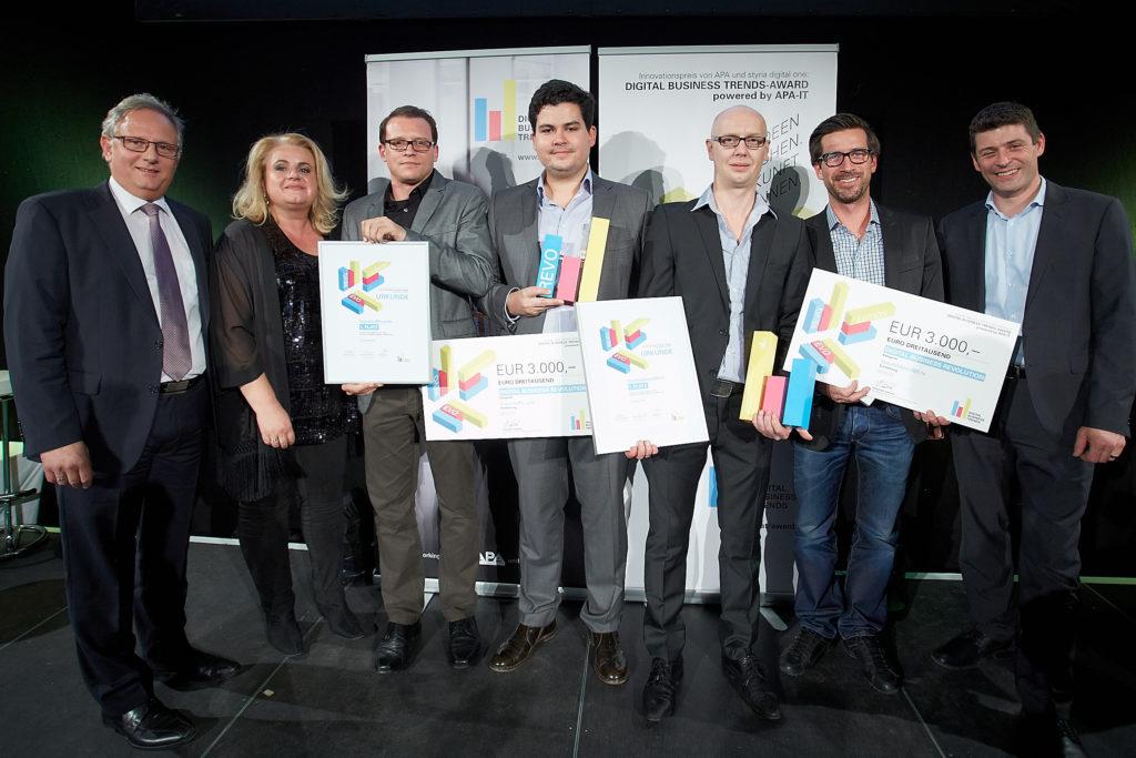 BILD zu OTS - http://www.apa-fotoservice.at/galerie/7412/ Im Bild v.l.n.r.: Alexander Falchetto (APA-IT, Sponsor des DBT-Awards), Barbara Rauchwarter (APA Ð Austria Presse Agentur), Martin Schmidt & Christoph Lalej (logoshuffle.com, Gewinner Revolution), Sinisa Zobic & Thomas Aigner (Sportvideos365.tv, Gewinner Revolution), Alexis Johann (styria digital one)