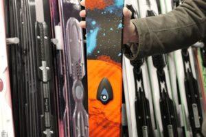 Neverlose auf einem Ski. PowUnity