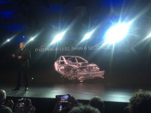 Elon Musk präsentiert die Fakten: 5 Sterne Sicherheit in allen Kategorieren, 345km Reichweite, 0-100 km/h in 6 Sekunden. Laden beim Tesla Supercharger und Fahren mit Autopilot sind ebenfalls möglich.