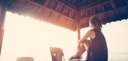 Programmieren mit Meerblick: Was hinter dem neuen Trend Workation steckt