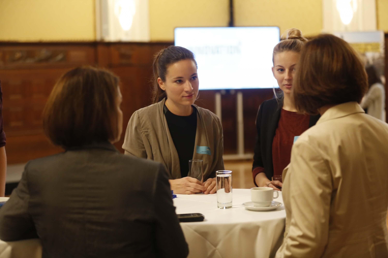 © Florian Wieser: Petra Dobrocka von byrd (Mitte) im Gespräch mit Vertreterinnen von Accor Hotels