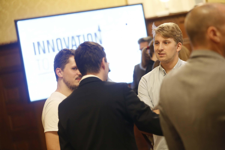 © Florian Wieser: Bernhard Trinnes von Guh (rechts) im Gespräch mit dem Vertreter von Verbund