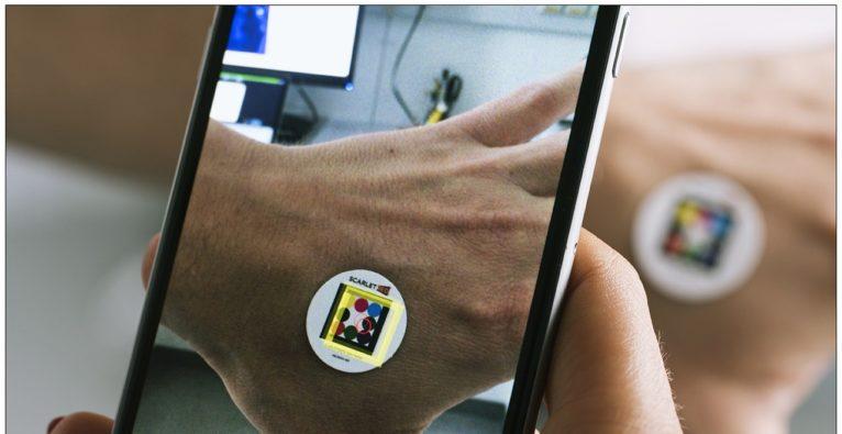 SCARLETRED bereitet mit Handy-App und Farb-Pflaster den Consumermarkt-Eintritt vor.