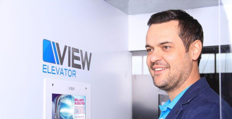 View Promotion GmbH: Gründer und CEO Johannes Schober mit VIEW-Elevator - OÖ HightechFonds investiert