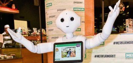 Roboterdame Pepper wird fester Bestandteil von drei Merkur-Märkten