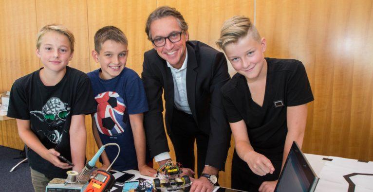 Salzburg AG Sommer-Robotercamp: Geschäftsführer Leonhard Schitter mit jungen Camp-Teilnehmern