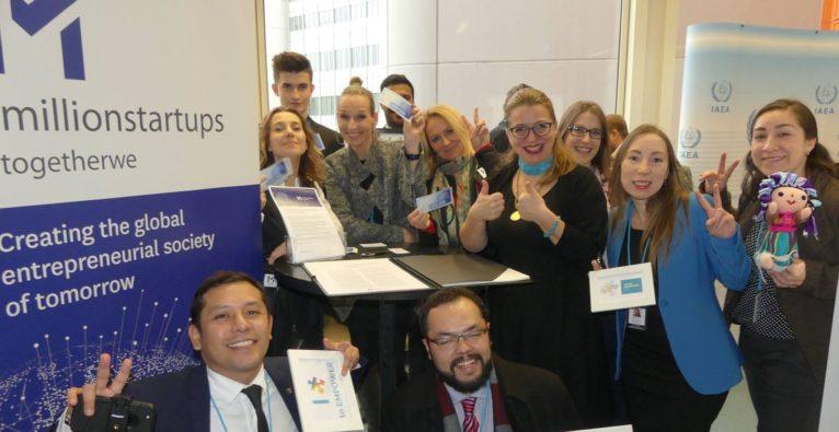 1MillionStartups: Selma Prodanovic (ca. Mitte) mit JungunternehmerInnen bei der Unterzeichnung der Global Entrepreneurship Declaration.