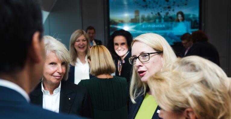 Digitalisierung, Bildung, Fachkräftemangel. Über den Handlungsbedarf wird oft gesprochen. Welche konkreten Projekte derzeit in der Umsetzung sind, erzählte uns Bundesministerin Margarete Schramböck im Interview.
