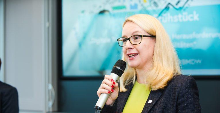 Im Bundesministerium für Digitalisierung und Wirtschaftsstandort unterhielt sich Bundesministerin Margarete Schramböck mit VertreterInnen aus Wirtschaft darüber, welche Probleme es hinsichtlich digitale Transformation, Bildung, Fachkräftemangel und KMU in Österreich zu lösen gilt und stellte aktuelle Projekte vor.