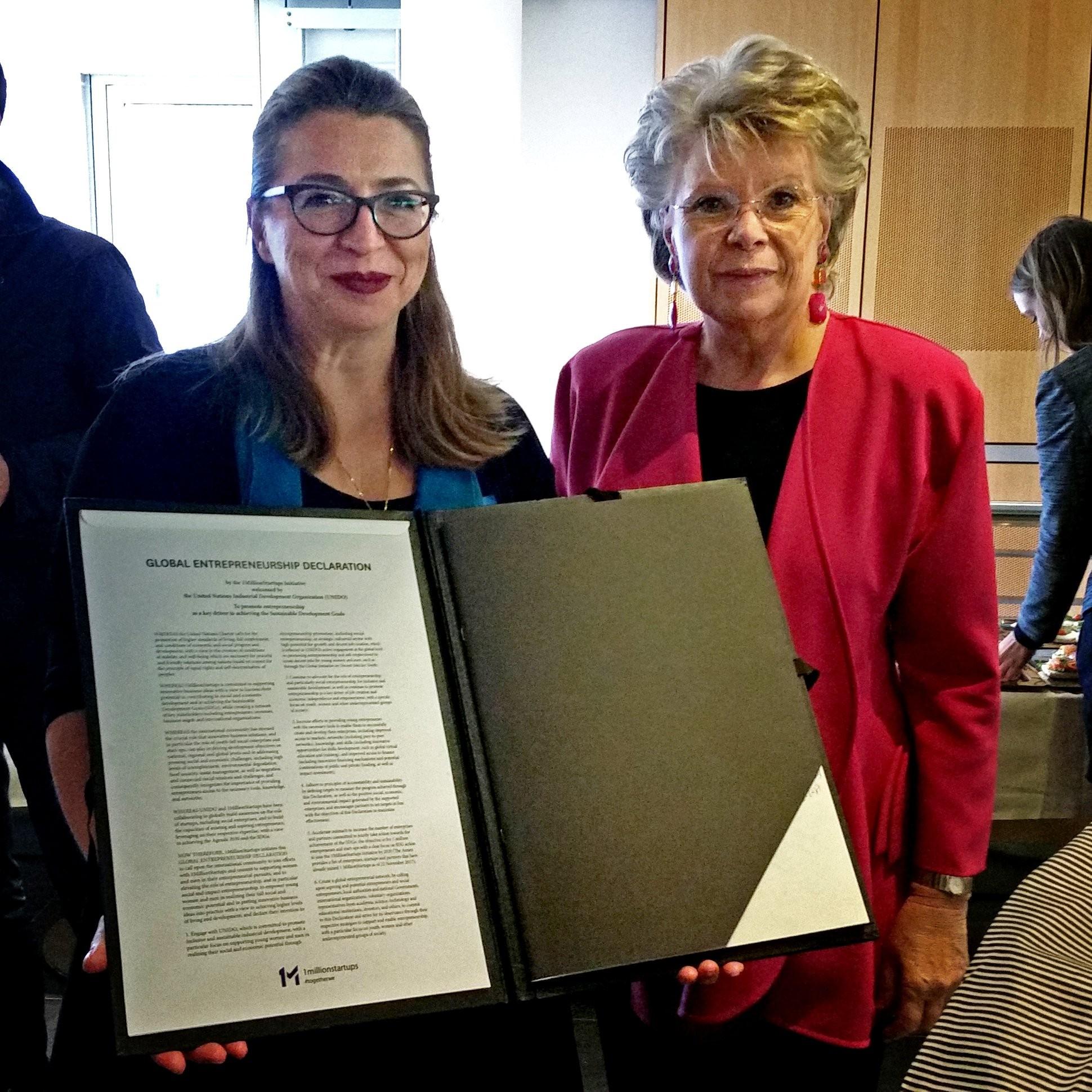 1MillionStartups: Selma Prodanovic mit der EU-Parlamentarierin und ehemaligen EU-Justiz-Kommissarin Viviane Reding bei der Unterzeichnung der Declaration.