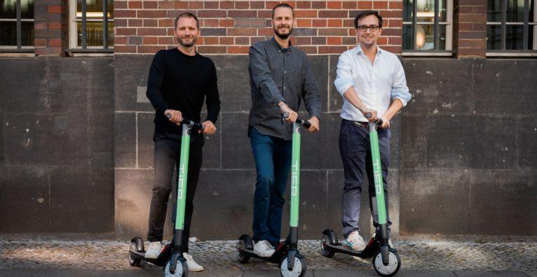 Die TIER Mobility-Gründer Lawrence Leuschner (reBuy), Julian Blessin (COUP) und Matthias Laug (Lieferando/Takeaway) wollen mit E-Scootern durchstarten.