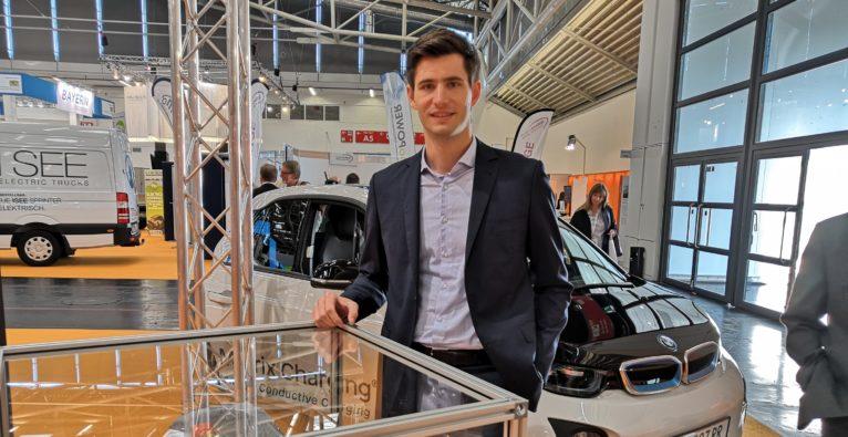 Easelink: Gründer Hermann Stockinger vor dem adaptierten BMW i3 bei der eMove360°