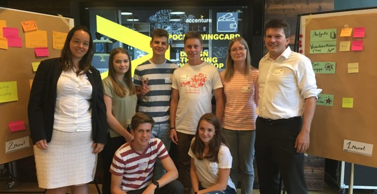 Accenture MentorInnen Andrea Kretschmer links) und Pocketwingcard-Team im Accenture Future Camp in Wien.
