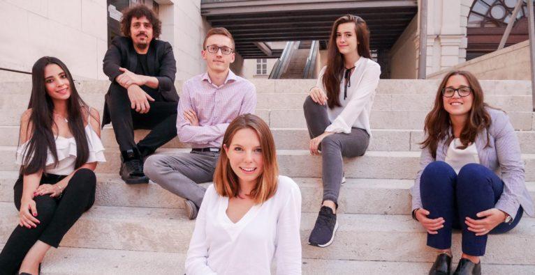 DerButton: Das Team rund um Gründerin Susanne Klepsch (m)