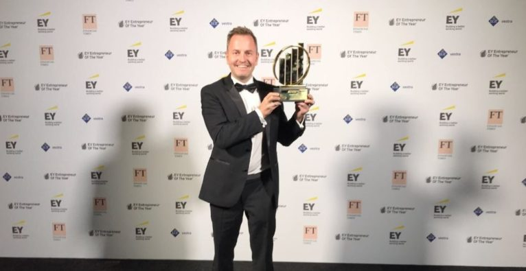 Busuu: Bernhard Niesner mit EY Entrepreneur of the Year Trophäe