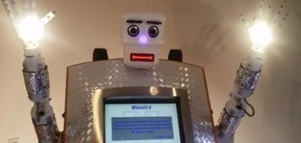 BlessU-2: Roboter segnet Kirchgänger in Deutschland