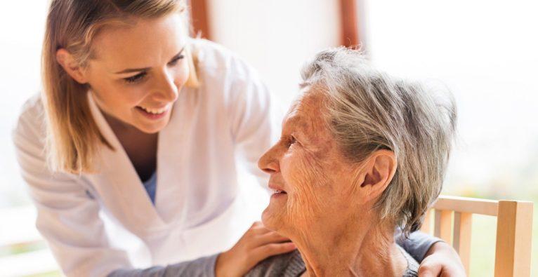 Eine Ärztin zu Besuch bei einer Patientin.