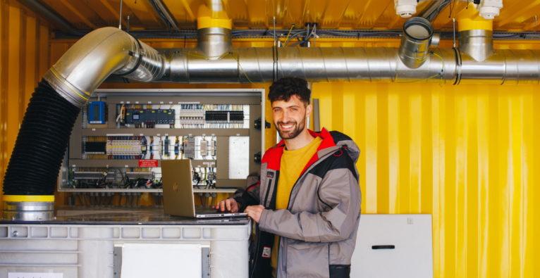 Elestor: Mitarbeiter Alessandro mit einem Batterie-System des Startups - Wasserstoff-Produktion