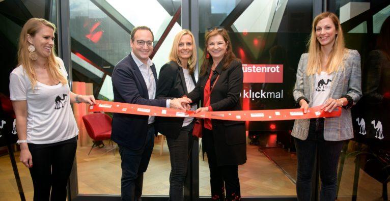 weXelerate Co-Geschäftsführer Awi Lifschitz, Wüstenrot innovationschefin Nina Tamerl und Wüstenrot-Generaldirektorin Susanne Riess bei der Eröffnung