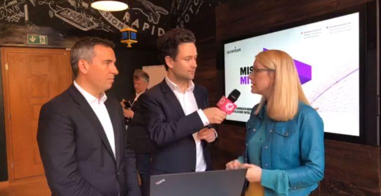 KI-Strategie: Bundesministerin Margarete Schramböck und Michael Zettel von Accenture