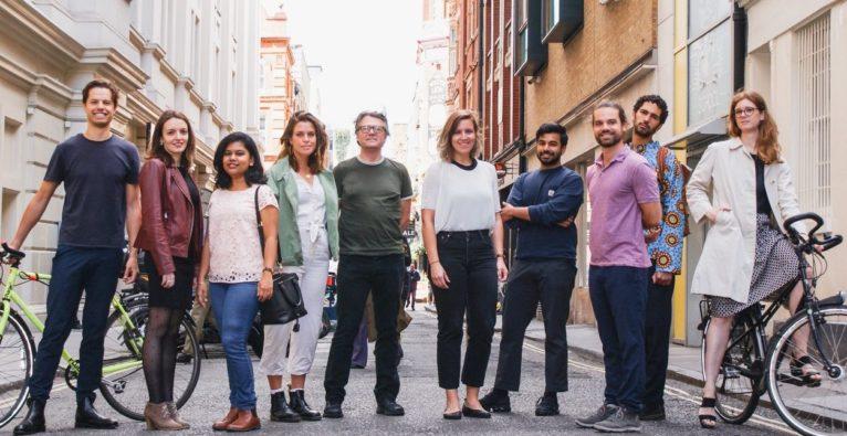 Humanising Autonomy: Das Team rund um Gründerin und CEO Maya Pindeus (6. v.l.)