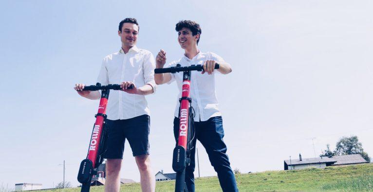 Holmi COO und Geschäftsführer Matthias Kalb und Founder und CEO Jürgen Gunz auf dem neuen Rollmi-E-Scooter
