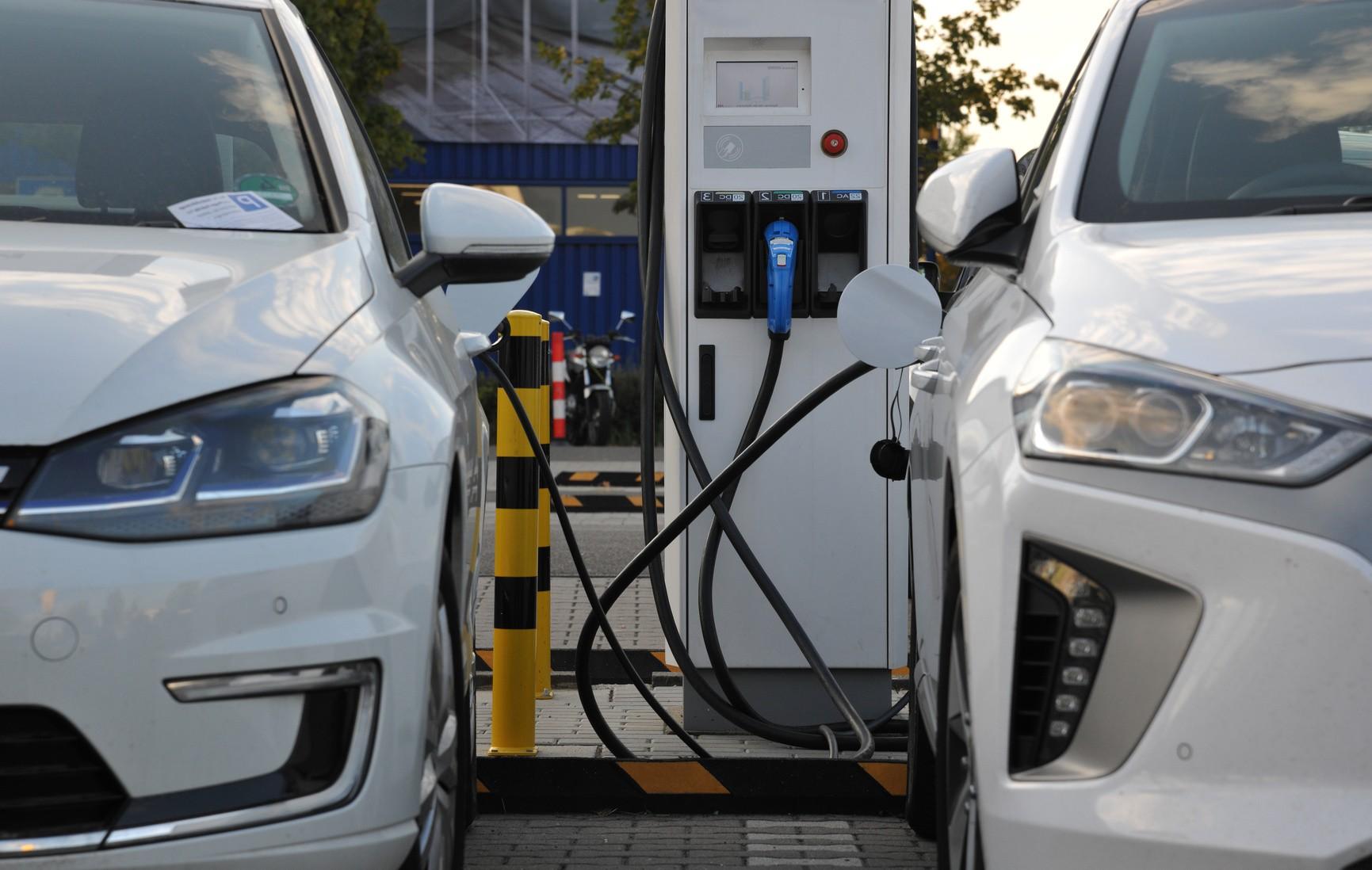 Elektroauto vs. Wasserstoffauto: Ein Vergleich in 4 großen Fragen