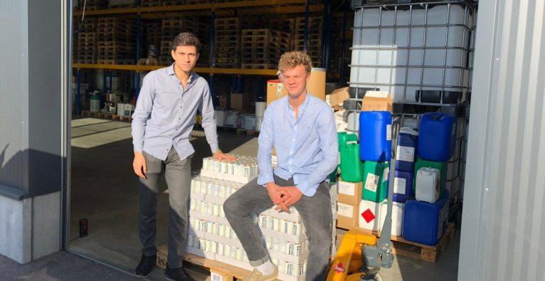 """Ayoka: Die Gründer Philip Lanz und Sebastian Raber mit ihrem 5-HTP-basierten """"Good Mood Drink"""", der die Serotonin- und Dopamin-Produktion ankurbeln soll"""