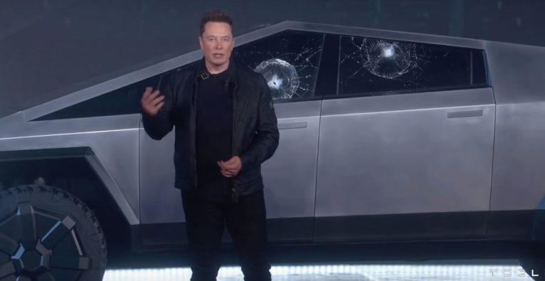 Elon Musk vor dem bei der Präsenation beschädigten Tesla Cybertruck