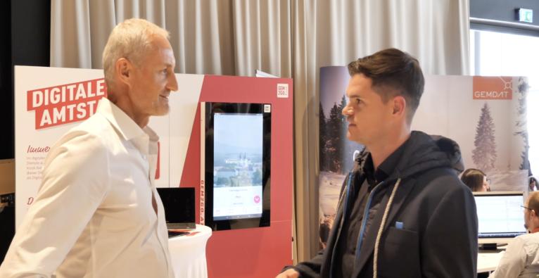 Digitale Amtstafel: Reinhard Haider, Amtsleiter Marktgemeinde Kremsmünster und Michael Kölbl, Geschäftsführer RIS GmbH vor dem Gem2Go Kiosk