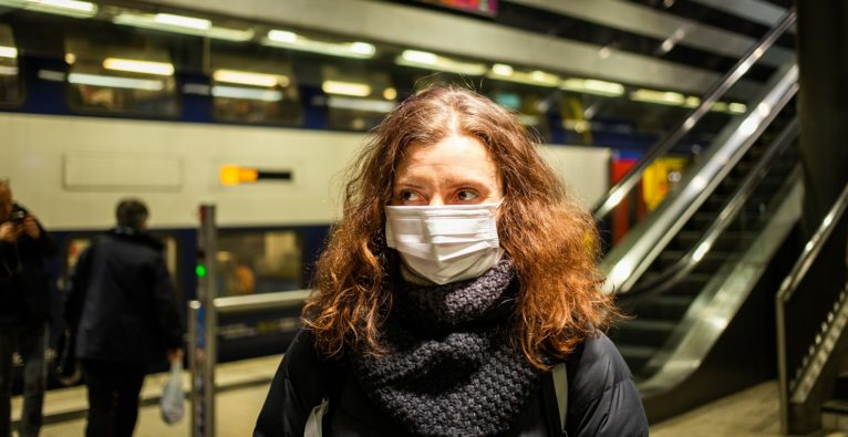 Schutzmasken-Pflicht Wachpersonal Ausgangssperre - Wissenschaftler fordern strengere Maßnahmen gegen Coronavirus