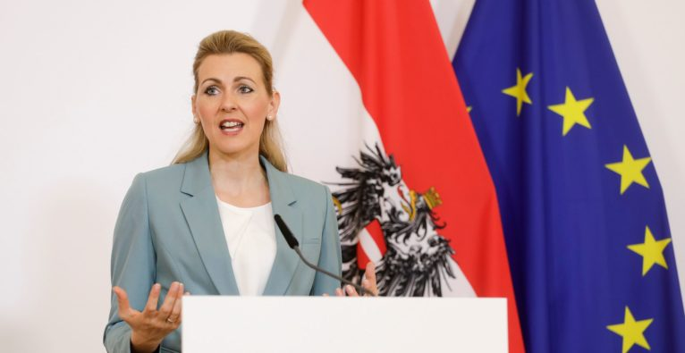 Christine Aschbacher - Coronavirus-Kurzarbeit : Budget wird verdreifacht