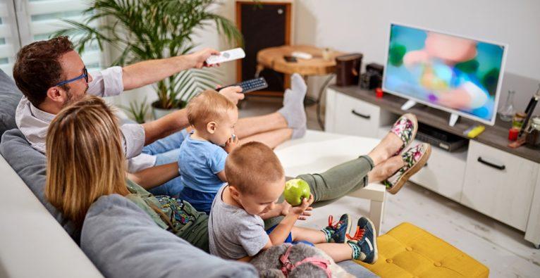 Familie schaut TV-Werbung