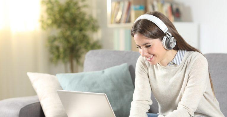 elearning studentin mit laptop