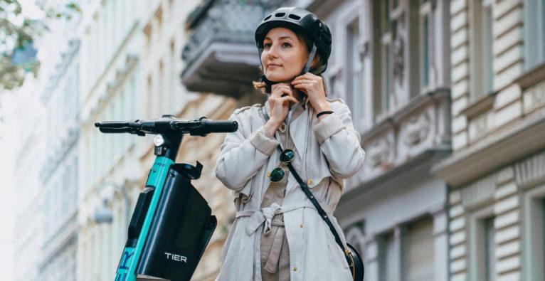 Tier: E-Scooter mit integrierten, faltbaren Helmen und selbstdesinfizierenden Lenkern