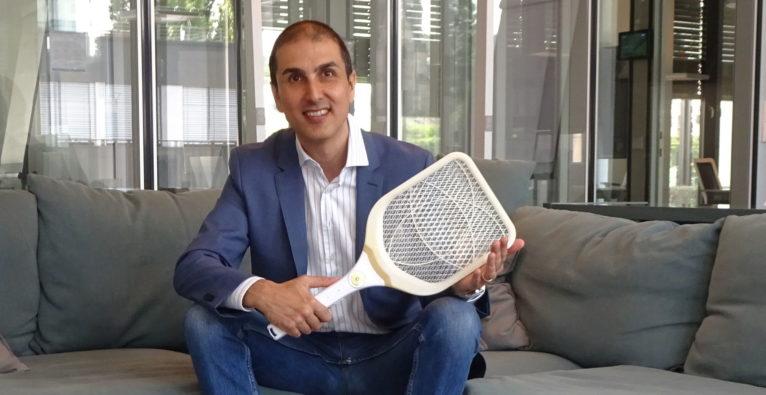 Blochin Cuius / Mosquilla: Der Erfinder mit seinem Gelsen-Töter