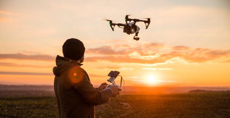Mann steuert Drohne. Hat er einen Führerschein?