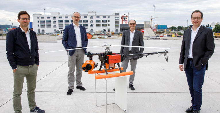 (c) Hermann Wakolbinger: v.l.n.r. Thomas Mender und Christian Matzinger vom OÖ HightechFonds mit Peter Fromme-Knoch und Robert Hörmann (Geschäftsführer Aero Enterprise) und dem AERO-SensorCopter.