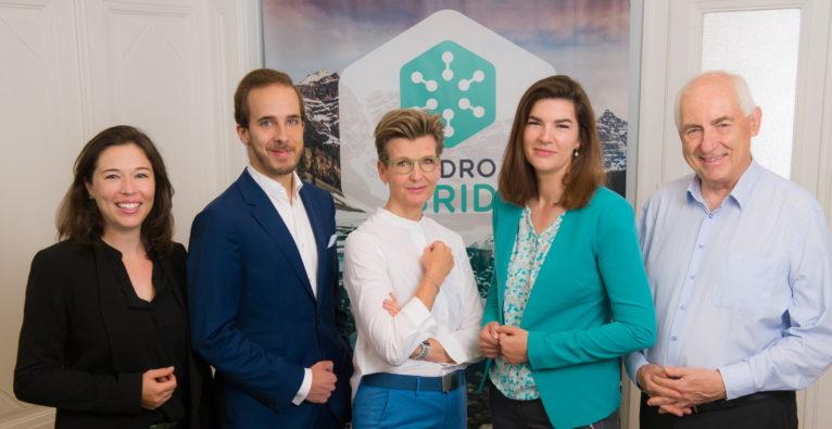 Hydrogrid: Nach der Vertragsunterzeichnung u.a. mit Sabine Fleischman, CNB (3.v.l.) und Janice Goodenough, Hydrogrid, (2.v.r.)