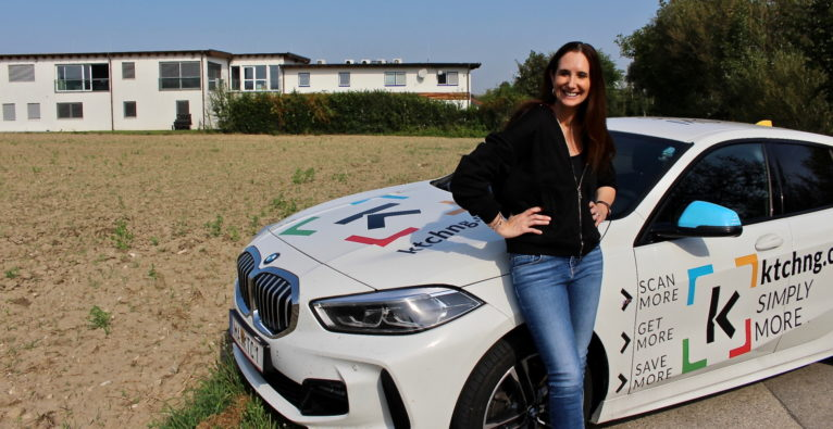 KTCHNG-Gründerin Petra Augustyn mit Frimenwagen vor einem der Äcker in Mattersburg, auf denen das neue Quantum Valley entstehen soll