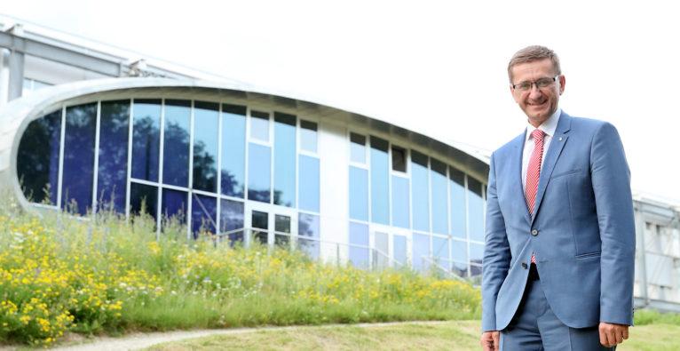 Das internationale KI-Forschungsprojekt TEAMING.AI wurde vom Software Competence Center in Hagenberg (SCCH) initiiert, hebt Wirtschafts- und Forschungs-Landesrat Markus Achleitner hervor.