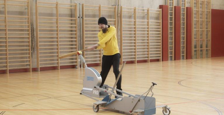 HittingPartner: Baseball-Spieler Raphael Thom trainiert mit dem Gerät