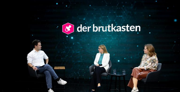 Lisa Fassl und Margarete Schramböck im Talk mit Dejan Jovicevic © BMDW