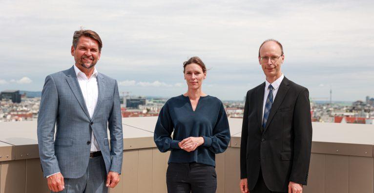 vlnr.: SVS-Obmann Peter Lehner, leitende Ärztin Eva Hilger, Generaldirektor Hans Aubauer