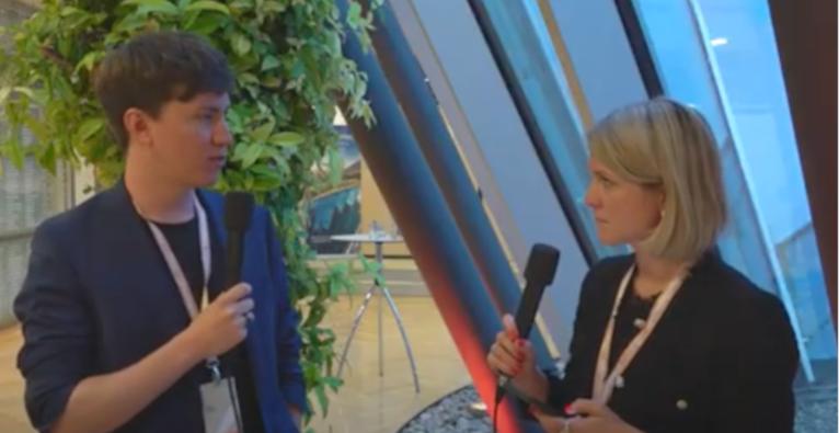 Blockpit-CEO Florian Wimmer am Forum Alpbach im Gespräch mit brutkasten-Chefredakteurin Sara Grasel