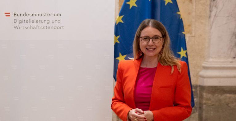 Wirtschaftsministerin Margarete Schramböck strahlt übers ganze Gesicht aus Freude über das Investitionskontrollgesetz
