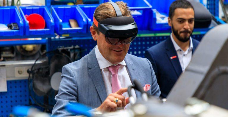 Öffi-Stadtrat Peter Hanke überzeugte sich persönlich von der AR-gestützten Ausbildung © Wiener Linien