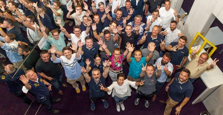 Das techbold-Team rund um Damian Izdebski (rechts vorne) feiert die erfolgreiche Aktien-Emission